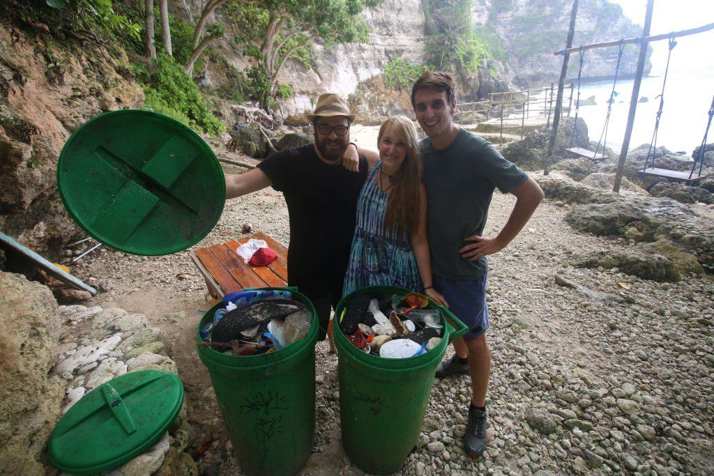 recoger basura. Plásticos playas. Beach cleaning